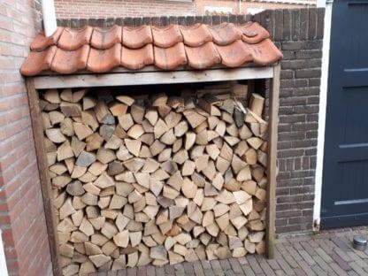 Open houtopslag met dakje en voldoende mogelijkheid voor windtoevoer